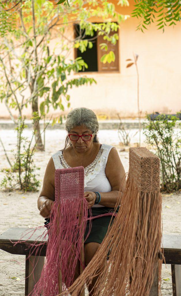 Artesã do Grupo Arte e Talentos que atuam com o trançado de buriti em Barreirinhas -- MA